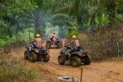 PHUKET THAILAND - AUGUSTI 23: Turister som rider ATV till naturadv Arkivbild