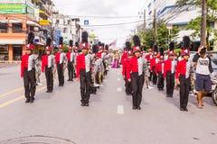 Phuket, Thailand - 26 Augustus, 2016: Cheerleader en parade van divers Sc Stock Foto's