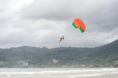 PHUKET, THAILAND - AUGUSTUS 01, 2013: het onveilige parasailing Stock Afbeeldingen