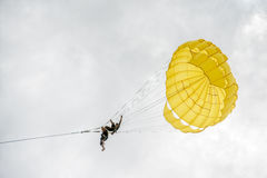 PHUKET, THAILAND - AUGUSTUS 01, 2013: het onveilige parasailing Royalty-vrije Stock Afbeelding