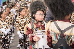 PHUKET, THAILAND - 26 AUGUSTUS: Parade van buitensporig schoolkind op Augus Stock Fotografie