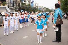 PHUKET, THAILAND - 26 AUGUSTUS: Parade van buitensporig schoolkind op Augus Royalty-vrije Stock Foto's