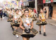 PHUKET, THAILAND - 26 AUGUSTUS: Parade van buitensporig schoolkind op Augus Stock Foto's