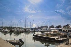 Phuket, Thailand - 2009: Boote, die an königlichem Phuket-Jachthafen ankoppeln stockfoto