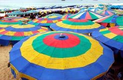 Phuket, Thailand: Bunte Strand-Regenschirme Stockfotos