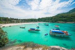 Phuket Thailand-DEC 21: blå himmel för härlig sikt och klar wate Fotografering för Bildbyråer