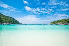 Phuket Thailand-DEC 21: blå himmel för härlig sikt och klar wate Royaltyfria Foton