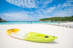 Phuket Thailand-DEC 21: blå himmel för härlig sikt och klar wate Arkivfoto