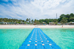 Phuket Thailand-DEC 21: blå himmel för härlig sikt och klar wate Arkivbilder