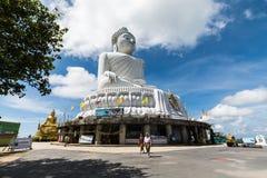 PHUKET, THAILAND - 4 DEC: Het marmeren standbeeld van Grote Boedha Stock Afbeeldingen