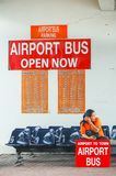 Phuket, Thailand - 2009: Ein Damenwarteflughafenbus an internationalem Flughafen Phuket stockbilder