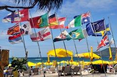 Phuket, Thailand: Europäische Markierungsfahnen auf Patong Strand Stockfoto