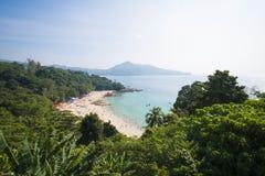 PHUKET, THAILAND - 10. FEBRUAR 2016: Touristen auf dem Strand Stockbild