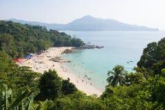 PHUKET, THAILAND - 10. FEBRUAR 2016: Touristen auf dem Strand Lizenzfreies Stockbild