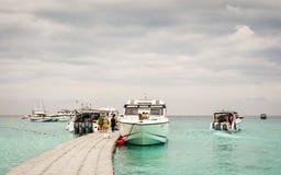 PHUKET, THAILAND - 01 FEBRUARI: Groep toerist met snelheids binnen boten Stock Foto
