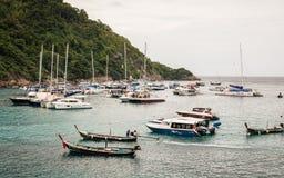 PHUKET THAILAND - FEBRUARI 01: Många fartyg i rayaön, Phuket, Th Royaltyfri Fotografi