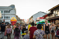 PHUKET THAILAND - FEBRUARI 13: Många personer i phuket den gamla staden med Royaltyfria Foton
