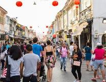 PHUKET THAILAND - FEBRUARI 13: Många personer i phuket den gamla staden med Arkivfoton