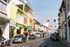 PHUKET THAILAND - FEBRUARI 13: Phuket gammal stad i thalangväg med Fotografering för Bildbyråer