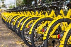 PHUKET, THAILAND - JANUARI 13, 2018: De gele fietsen parkin Royalty-vrije Stock Afbeelding