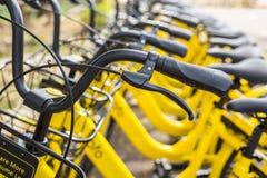 PHUKET, THAILAND - JANUARI 13, 2018: De gele fietsen parkin Stock Foto's