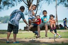 Phuket Thailand - Januari 14,2017: Gunga för barnlek på childre Arkivfoto