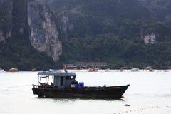 Phuket, THAILAND - JANUARI 05: landschaps van de overzeese de boot Azië kajakexcursie op 05 JANUARI, 2015 Royalty-vrije Stock Afbeeldingen