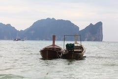 Phuket, THAILAND - JANUARI 05: landschaps van de overzeese de boot Azië kajakexcursie op 05 JANUARI, 2015 Stock Foto's