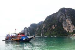 Phuket, THAILAND - JANUARI 05: landschaps van de overzeese de boot Azië kajakexcursie op 05 JANUARI, 2015 Royalty-vrije Stock Fotografie