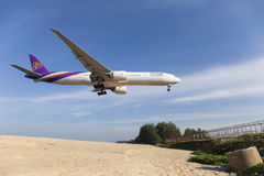 Phuket Thailand - Januari 30-2017: Thai Airways flygplan boeing Royaltyfria Bilder