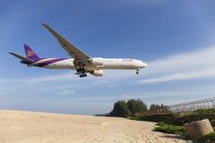Phuket Thailand - 30-2017 Januari: Thais luchtroutesvliegtuig Boeing Royalty-vrije Stock Afbeeldingen