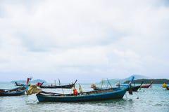 Phuket, Thailand - Juli 6, 2016: De traditionele die lang-staartboten & de snelheidsboten voor visserij & toerist reizen worden g Royalty-vrije Stock Foto