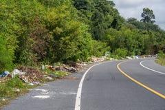 Phuket, THAILAND - 26. Juli 2018: Der Stapel des Abfalls auf der Seite der Straße in Phuket, Problem der Abfallverschmutzung und  lizenzfreies stockfoto
