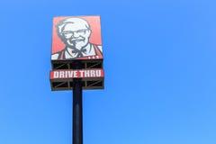 PHUKET, THAILAND - JULI 28, 2017: KFC-embleem op blauwe hemel KFC is Royalty-vrije Stock Afbeeldingen