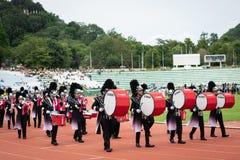 PHUKET THAILAND - JULI 12, 2018: Marschmusikbandet ståtar av stude Royaltyfria Bilder