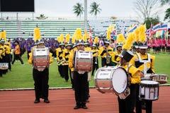 PHUKET THAILAND - JULI 12, 2018: Marschmusikbandet ståtar av stude Arkivbild