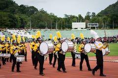 PHUKET THAILAND - JULI 12, 2018: Marschmusikbandet ståtar av stude Arkivfoton