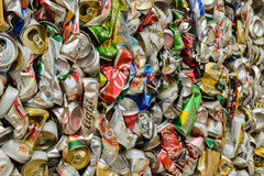PHUKET, THAILAND 28 JUNI, 2015: De gerecycleerde blikken van de aluminiumdrank Royalty-vrije Stock Fotografie