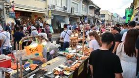 Phuket Thailand - Juni 16, 2019: Folkmassa av turister som shoppar längs lardyai som går gatan arkivfilmer