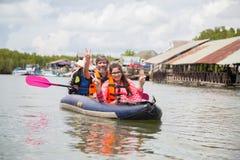 PHUKET THAILAND - Juni 11: Odefinierade handelsresande vadderar kay Royaltyfria Foton