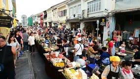 Phuket Thailand - Juni 16, 2019: Tid schackningsperiod av turister som shoppar på lardyaien som går gatan arkivfilmer