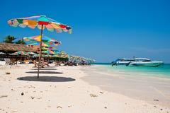 PHUKET THAILAND - 16. MÄRZ: Touristen entspannen sich auf dem Strand am 1. März Stockbild