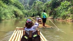 Phuket, Thailand - Maart 27, 2019 Een groep toeristen drijft op de rivier Meisje 9 jaar het oude varen op een vlot op a stock video
