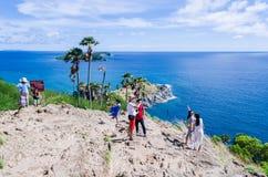 PHUKET THAILAND - MAJ 10: Oidentifierade grupper av verkliga turister Royaltyfri Fotografi