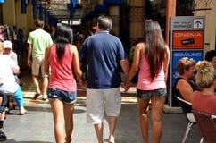 Phuket, Thailand: Mann mit zwei siamesischen Frauen Stockfotos