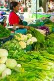 Den thailändska kvinnan som säljer greengroceryen på, marknadsför Royaltyfria Bilder