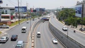 Phuket Thailand - MARS 13 2007: Tunnel för Kathu biltrans. nära den största shoppinggallerian på ön stock video
