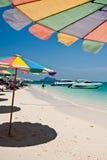PHUKET THAILAND - MARS 16: Turister kopplar av på strandMARS 1 Arkivfoton