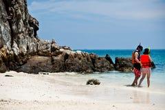 PHUKET THAILAND - MARS 16: Turister kopplar av på strandMARS 1 Fotografering för Bildbyråer