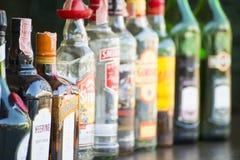 Phuket, Thailand - Mei 20, 2016: diverse alcoholflessen op zij Stock Fotografie